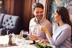 Datación romántica de los pares en restaurante imagen de archivo