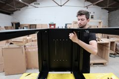 Datacommunicatieskabinet productie binnen een productiefaciliteit royalty-vrije stock afbeelding
