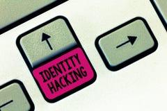 Dataintrång för identitet för textteckenvisning Begreppsmässig fotobrottsling som stjäler din personliga information genom att an royaltyfri fotografi