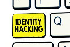 Dataintrång för identitet för textteckenvisning Begreppsmässig fotobrottsling som stjäler din personliga information genom att an arkivbild