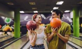 Datando le coppie che godono insieme del bowling fotografia stock