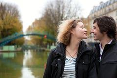Datando pares em Paris Foto de Stock
