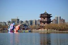 Datang furongträdgård med traditionella kinesiska byggnader av skarp smakdynasti i Xian, Shaanxi, Kina royaltyfri foto