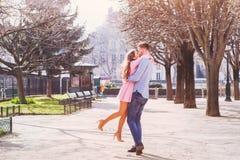 Datant, jeunes couples heureux images libres de droits