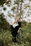 Datar atrativo dos jovens bonitos acopla a vista, o sorriso, e o riso em Forest Jungle tropical verde denso fotos de stock royalty free