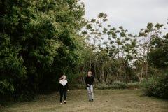 Datar atrativo dos jovens bonitos acopla a vista, o sorriso, e o riso em Forest Jungle tropical verde denso foto de stock