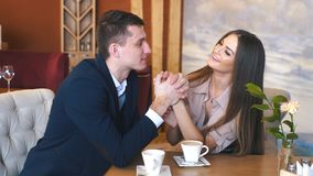 Datar no café Pares novos bonitos que sentam-se no café, amor bebendo do café, datando vídeos de arquivo
