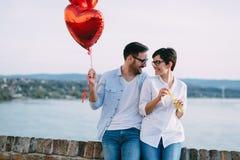 Datar novo romântico dos pares exterior e fundir borbulham imagens de stock royalty free