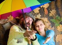 Datar romântico dos pares Obstáculo chuvoso do tempo não para eles O moderno com barba e a menina alegre esperam o tempo chuvoso imagem de stock royalty free