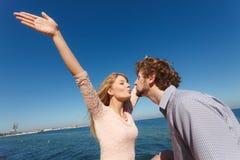 datare Coppie nel baciare di amore Fotografia Stock