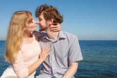 datare Coppie nel baciare di amore Fotografia Stock Libera da Diritti