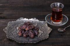 Datas em uma placa tradicional feito a mão de Toreutic do persa Imagem de Stock