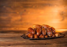 Datas na bandeja, nivelando a cena, conceito de Ramadan Kareem, cópia s fotografia de stock