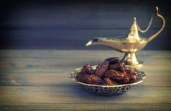 Datas na lâmpada de Aladdin dourada da bacia e do arabian Estilo do vintage imagens de stock royalty free