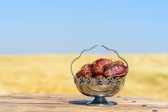 Datas na tabela de madeira sobre o campo e o fundo do c?u Ramadan Kareem fotos de stock royalty free