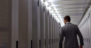 Datatekniker som går till och med skåpkorridor arkivfilmer