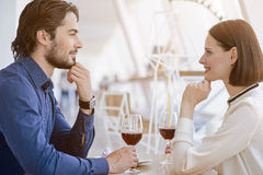 Datation affectueuse de couples en café Images stock