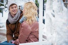 Datation affectueuse gaie de couples par temps neigeux Photos libres de droits