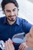 Datation affectueuse heureuse de couples dans le restaurant Image libre de droits