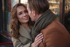 Datation affectueuse joyeuse de couples dans la ville Photo stock