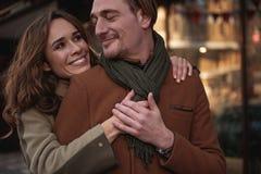 Datation affectueuse joyeuse de couples dans la ville Photos stock