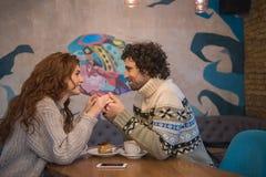 Datation affectueuse mignonne de couples dans le cafétéria Photo stock