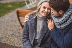 Datation affectueuse mignonne de couples dehors Photos libres de droits