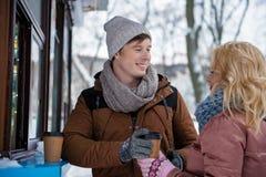 Datation affectueuse positive de couples en parc d'hiver Images stock