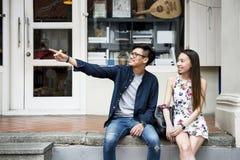 Datation asiatique de couples se reposant ensemble Photo libre de droits