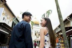 Datation asiatique de couples souriant à l'un l'autre Image libre de droits