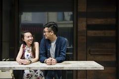 Datation asiatique de couples souriant à l'un l'autre Photographie stock