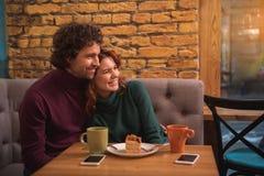 Datation décontractée de jeune homme et de femme en café Photo stock