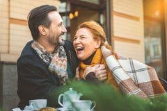 Datation d'homme et de femme en café Image libre de droits