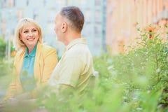 Datation d'homme joyeux et de femme en parc Photographie stock libre de droits