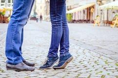 Datation de couples dans la ville Photo stock