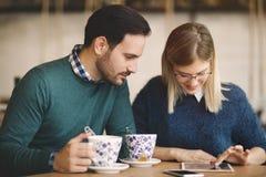 Datation de couples dans le restaurant Photographie stock libre de droits