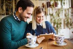Datation de couples dans le restaurant Image stock