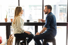 Datation de couples dans un café Image libre de droits