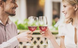 Datation de couples en restaurant et vin rouge potable Image libre de droits