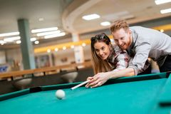 Datation de couples et billard de jouer Photo stock