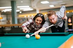 Datation de couples et billard de jouer Photos stock