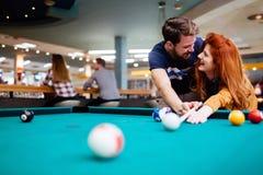 Datation de couples et billard de jouer Photos libres de droits
