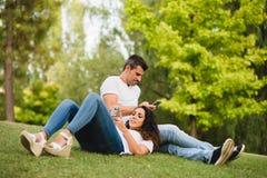 Datation de couples et d'utilisation smartphone ensemble Photos libres de droits