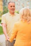 Datation de mari supérieur heureux et d'épouse dans la ville Photo stock