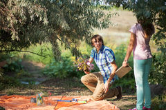 Datazione adolescente delle coppie sul picnic Fotografia Stock Libera da Diritti