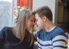 Datazione adorabile delle coppie in un caffè Immagini Stock Libere da Diritti