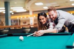 Datazione delle coppie e snooker di gioco immagini stock libere da diritti