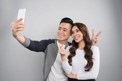 Datazione delle coppie giovani nell'amore Ritratto delle coppie asiatiche sorridenti sopra Fotografia Stock Libera da Diritti