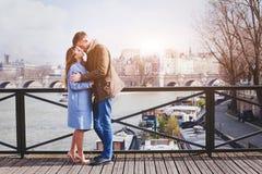 Datazione romantica, coppia giovane che bacia sul ponte a Parigi immagini stock