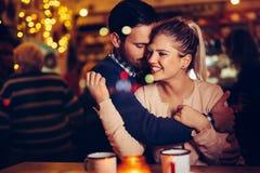 Datazione romantica delle coppie nel pub alla notte immagine stock